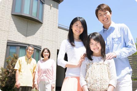 岡崎市で外壁塗装の依頼をお考えなら | 家の前に集まる家族